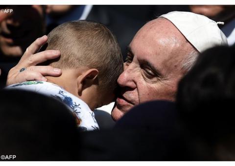 Три родини біженців прилетять до Риму з Папою Франциском