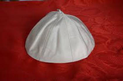 Пілеолус, який носив Папа Франциск, був проданий за $ 18190 на аукціоні